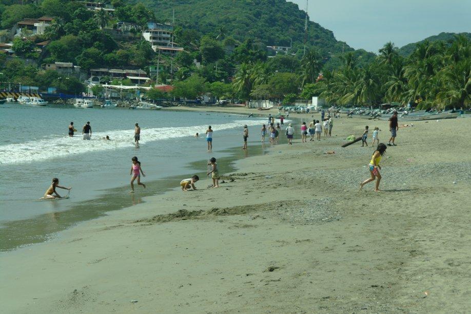 por-contaminacion-cierran-playa-de-zihuatanejo-al-publico_5e6cd