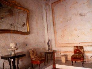 Espejo de la sala en planta alta destrozado por la balacera